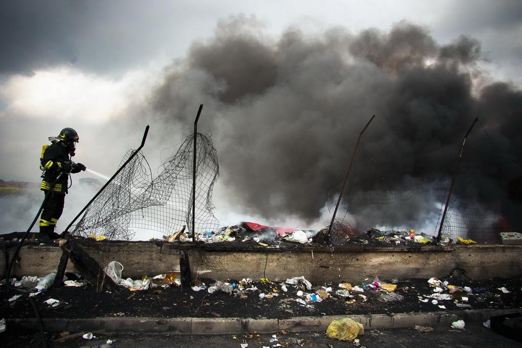 Caivano (provincia di Napoli- febbraio 2012- Un vigile del fuoco impegnato a spegnere un rogo appiccato a rifiuti speciali e urbani.