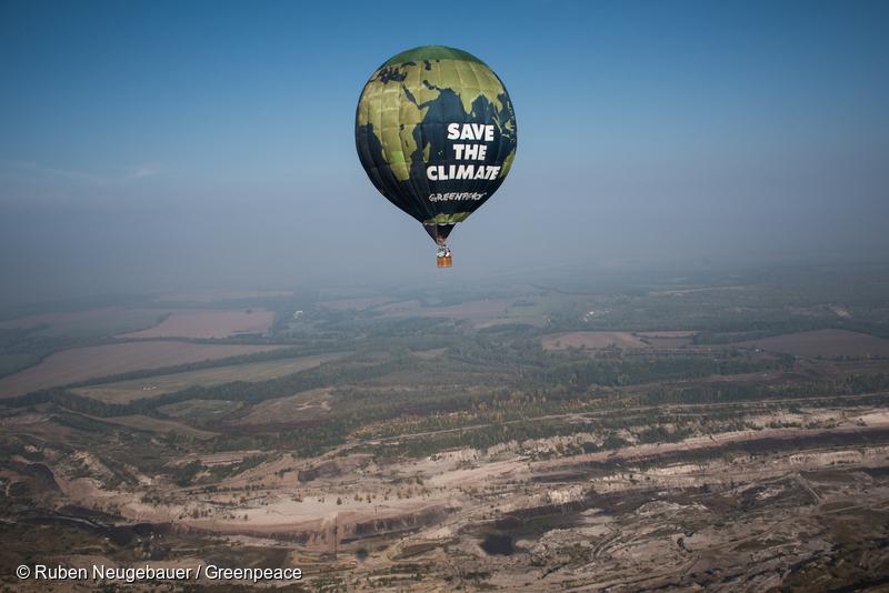 Greenpeace Hot Air Balloon Flies over Deuben Coal-Fired Power Station Greenpeace Heissluftballon fliegt ueber Tagebau Profen
