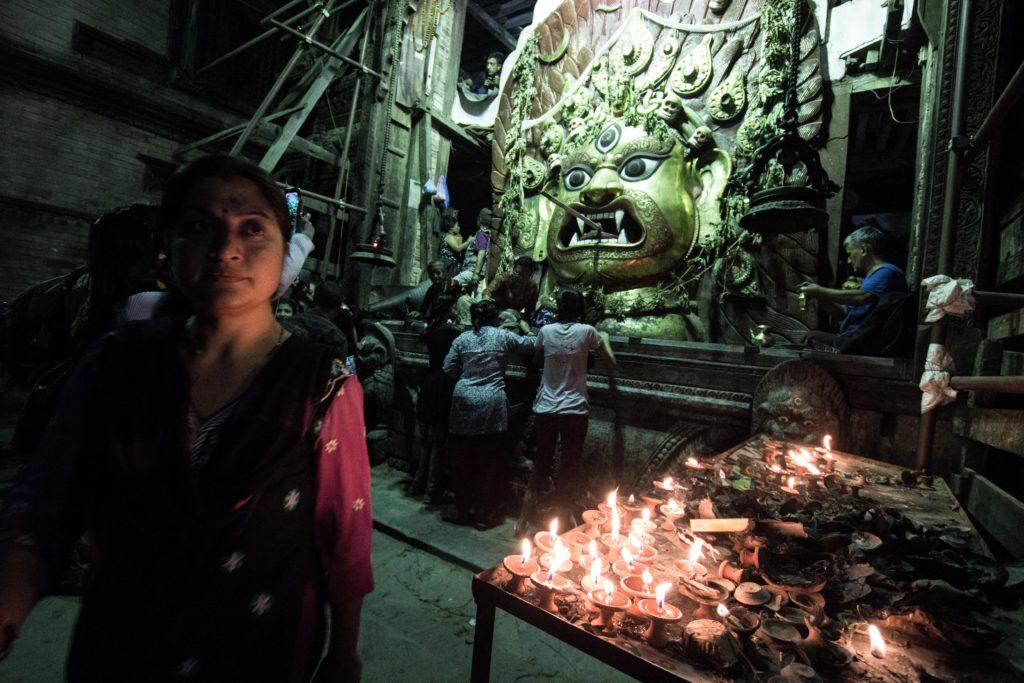Templio dedicato a Shiva, Durbar Square. La cooperazione internazionale, inclusa quella italiana, investirà nei prossimi mesi nella ristrutturazione dei monumenti, un elemento fondamentale per l'industria turistica, la seconda per importanza nel paese.