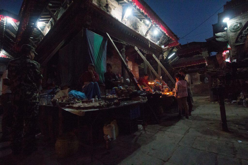 Nonostante gli edifici pericolanti molti cittadini di Katmandu vengono a Durbar Square per pregare o passare una serata
