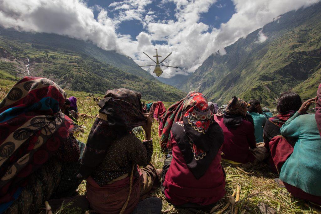 Le derrate vengono consegnate nei villaggi principali. Da li molti si caricano i sacchi sulle spalle per portarle alle proprie abitazioni, alcune lontane 2-3 giorni di cammino.
