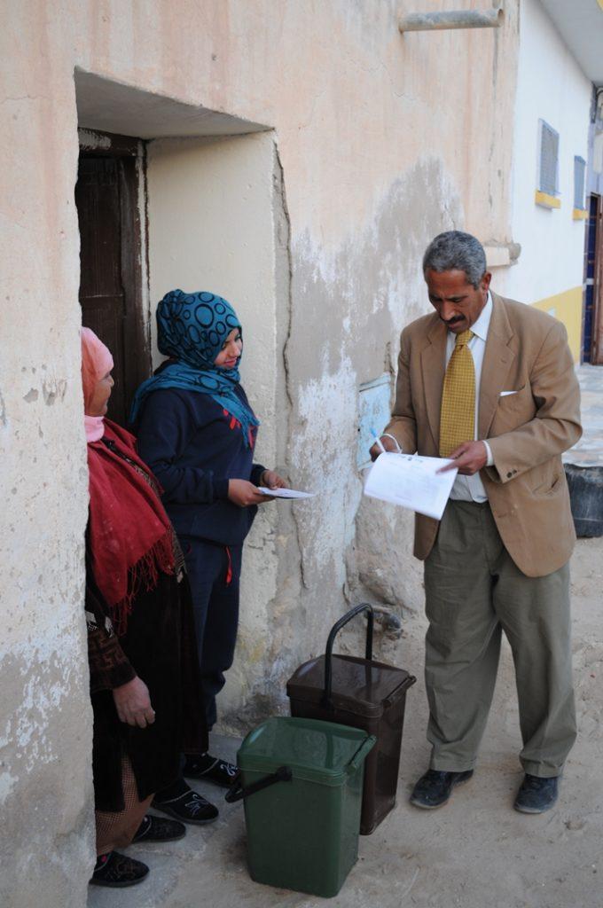 Abdesselem Abderrazak, Presidente tunisino dell'Associazione per la Protezione Ambientale, ha fatti visita alle famiglie coinvolgendole e spiegando loro l'obiettivo del progetto