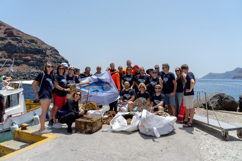 Foto di gruppo di chi ha contribuito al recupero dell'enorme rete nei fondali delle acque si Santorini
