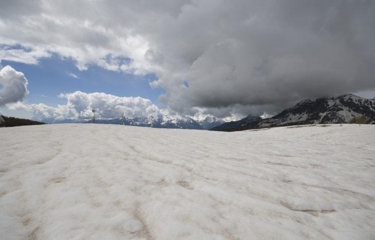 Foto. Neve ricoperta di polveri sahariane al sito sperimentale di Torgnon (Aosta), gestito dall'Agenzia Regionale per la Protezione dell'Ambiente (ARPA) Valle d'Aosta.