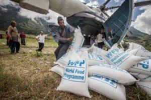 Consegna di derrate alimentari. Ancora oggi 100mila persone non hanno accesso ai mercati o ai campi. Con l'arrivo dell'inverno questo rappresenta un elemento di potenziale rischio alimentare. Villagio Siridibas.