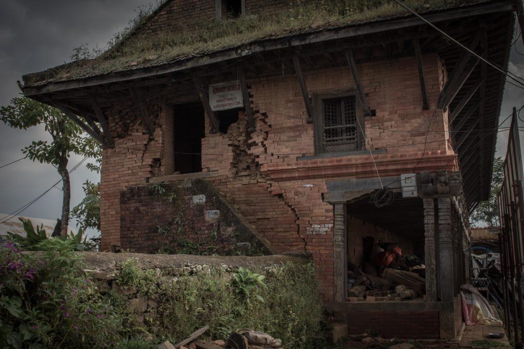 Rovine del palazzo di Nuwakot, XVIII secolo. «Perdite come questa sono una ferita per l'identità nepalese e per il settore turistico», dice Dambar Mandari, albergatore dell'hotel Famous Farm, collocato nei pressi del palazzo.