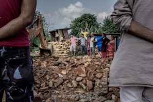 I proprietari dell'abitazione e partenti assistono agli scavi nella speranza di rinvenire qualche oggetto sepolto sotto le macerie. Villaggio di Irkhu, distretto di Sindhupalchowk.
