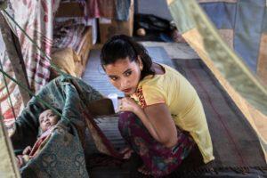 Campo sfollati di Chautara, distretto di Sindhupalchowk. Nirjana Shrestha 24 anni culla il figlio. La sua casa, dove vivevano tredici persone è stata distrutta. Hanno vissuto in quaranta sotto un telo di plastica per alcune settimane. «Ora tempo l'inverno per mio figlio», nato poco dopo il primo terremoto.