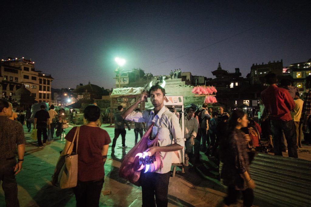 Venditore di souvenirs, Durbar Square , Katmandu. La vita continua, così il commercio.