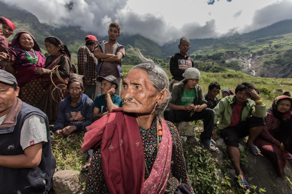 Salil Gurung, circa 70 anni attende di ritirare il suo sacco da 30 kg di riso, dopo aver firmato con la sua impronta digitale. Da ottobre le consegne delle derrate d'emergenza sono limitate alle famiglie ed individui più bisognosi. Distretto di