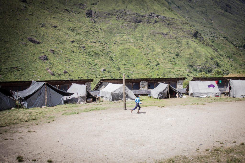 Scuola di Philim, nel distretto di Ghorka. Gli alloggi degli studenti sono stati danneggiati ed ora vivono nelle tende
