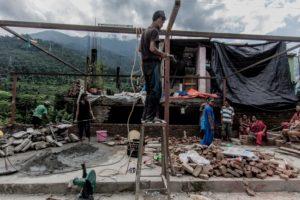 Sukute, distretto di Sindhupalchowk, una delle zone colpite dal secondo sisma. Molte famiglie stanno lavorando per ricostruire le proprie abitazioni, ora che è finita la stagione delle piogge.