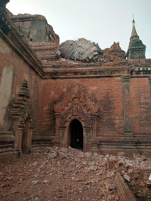 Crolli all'ingresso di un tempio di Bagan Fotografia di EPAStinger