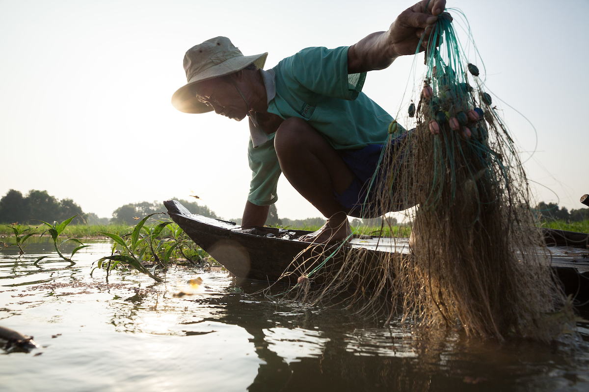 October 15, 2014 - Tram Chim (Vietnam). Tran Van Cu pulls a fishing net out of the water. © Thomas Cristofoletti / Ruom