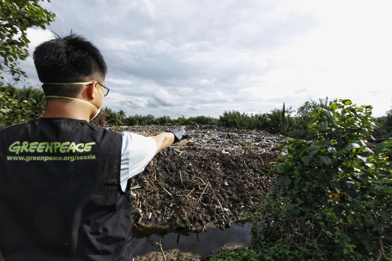Greenpeace Malaysia has been conducting a field investigation on the broken system of recycling and how it impacts Malaysian society. The findings were shocking: a new 'dump site' of plastic waste from more than 19 countries -- most of them are developed countries. The investigation found illegal practices, and blatant violations causing environmental pollution as well as harming people's health conditions. Since China banned plastic waste imports in January 2018, countries in Southeast Asia - particularly Vietnam, Thailand and Malaysia - have accepted an increased amount of plastic waste. Between January and July 2018 alone, Malaysia imported 754,000 metric tonnes of plastic -- the weight of approximately 100,000 large elephants. It came from countries like the United States, Japan, UK, Australia, New Zealand, Finland, France, Belgium, Germany, Spain, Sweden and Switzerland.