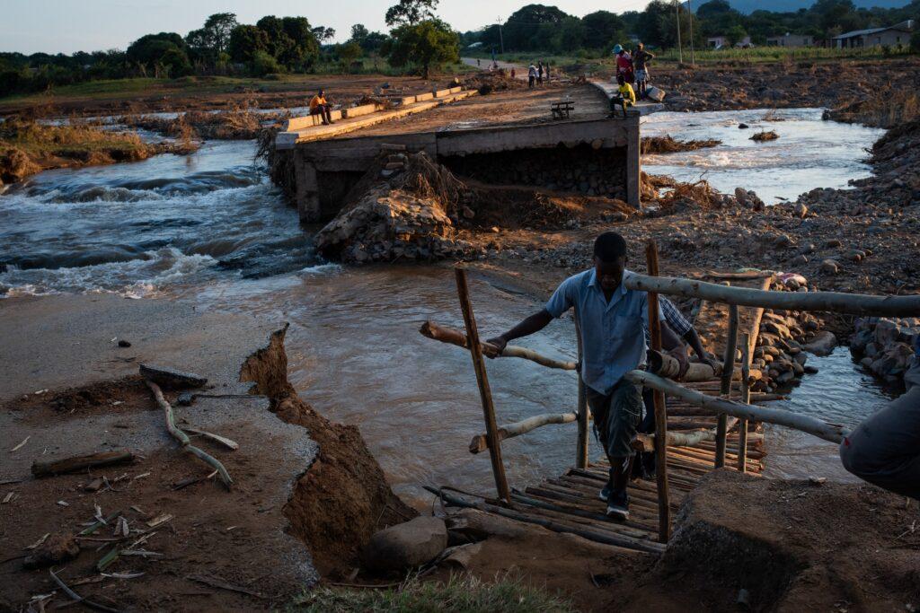 I sopravvissuti di Cyclone Idai a Beira, in Mozambico, affrontano carenze di acqua e elettricità e sono a rischio di malattie dell'acqua trasportate in acque di piena contaminate. Sergio Zimba Oxfam